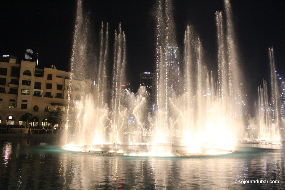 Dubai fountain show night
